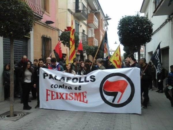 Desenes de persones es manifesten a Palafolls contra la desfilada de Legionaris