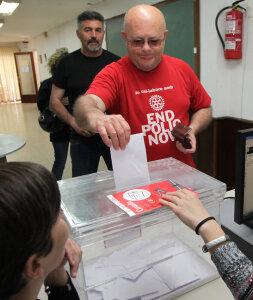 Blanes. Local social de la Plantera (Avinguda Catalunya número 10), fotos de gent votant en la consulta sobre la C-32, l'autopista que ha d'arribar a Lloret de Mar.  Votacio a la Plantera