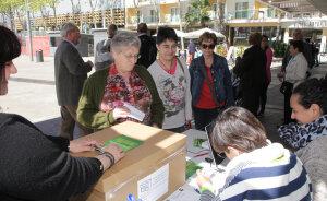 Lloret de Mar. Fotos de gent votant en la consulta popular sobre la C-32, l'autopista que ha d'arribar a Lloret de Mar des de Blanes. Un dels punts de votació és la Biblioteca Municipal, plaça Mossèn Pere Torrent